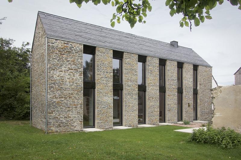 Modernes Wohnhaus im Stil eines Eifeler Einhauses