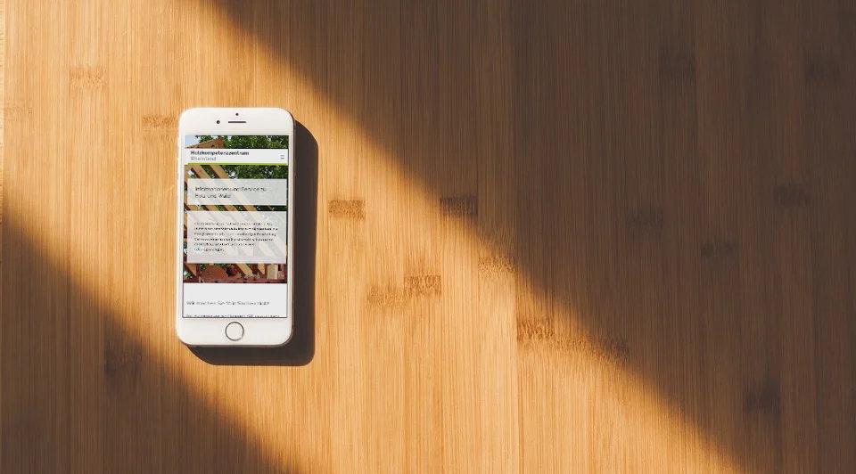 Smartphone auf Holztisch liegend