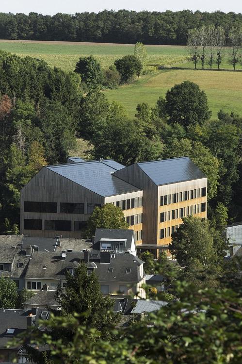 Süd-West und die West-Fassade sind mit Solarpaneelen belegt